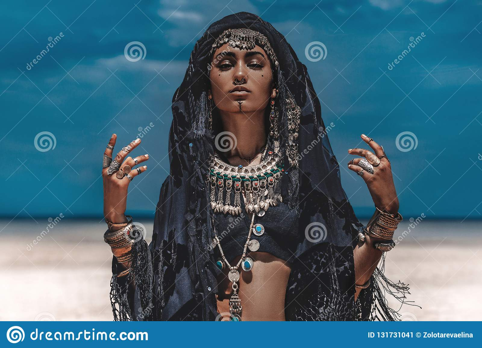 美丽的年轻时髦的部族舞蹈家 户外东方服装的妇女