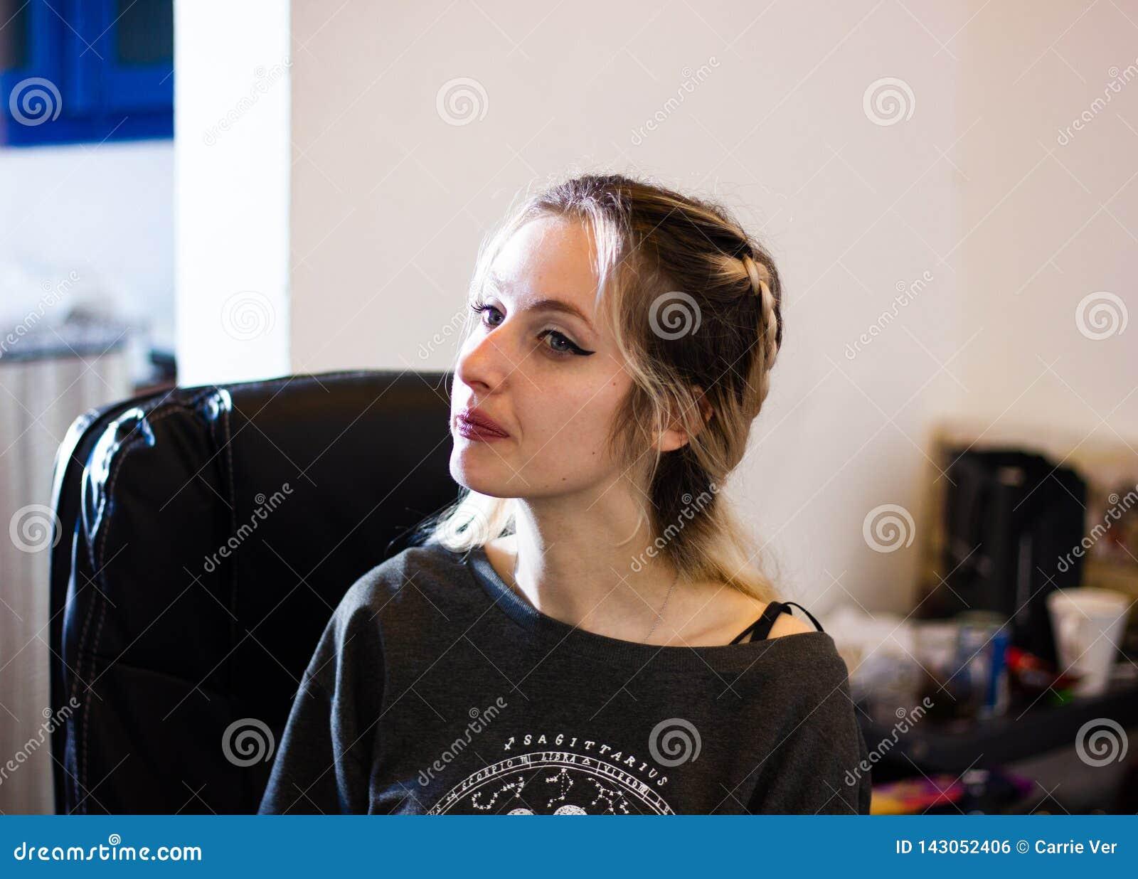 美丽的年轻白肤金发的夫人在办公室