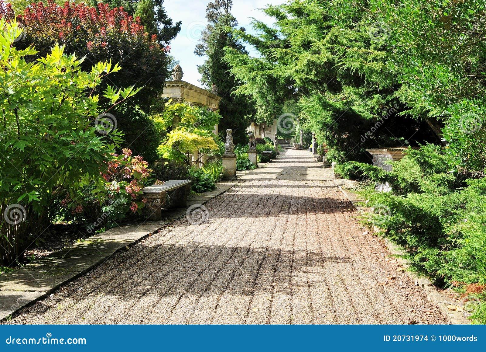 美丽的庭院横向路径