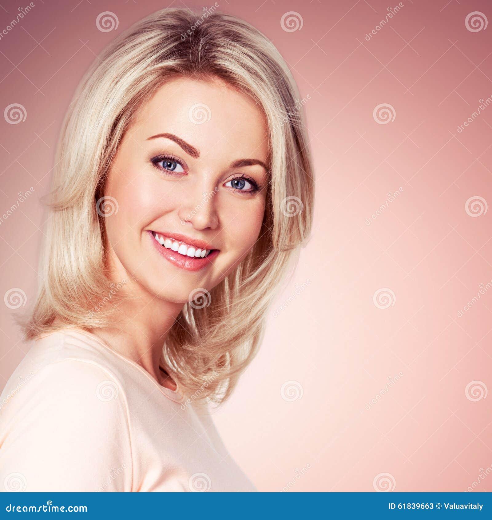 年轻美丽的微笑的女孩画象