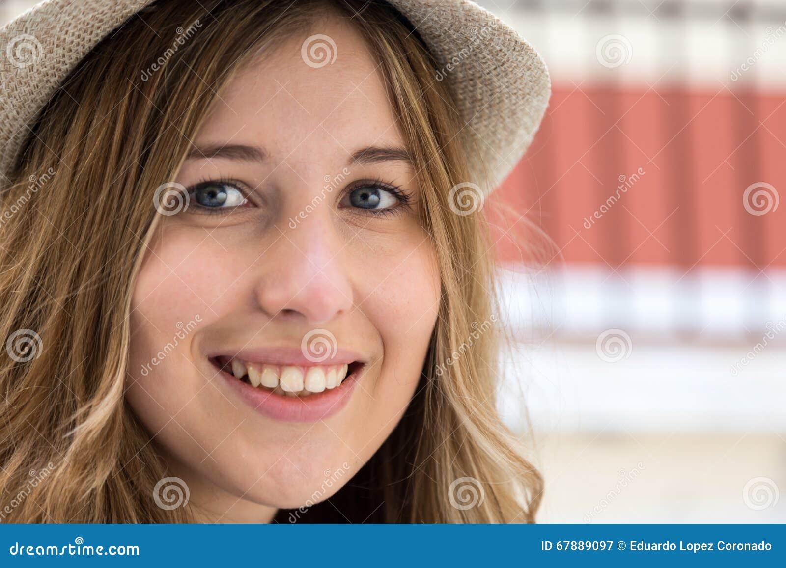 美丽的微笑的妇女年轻人