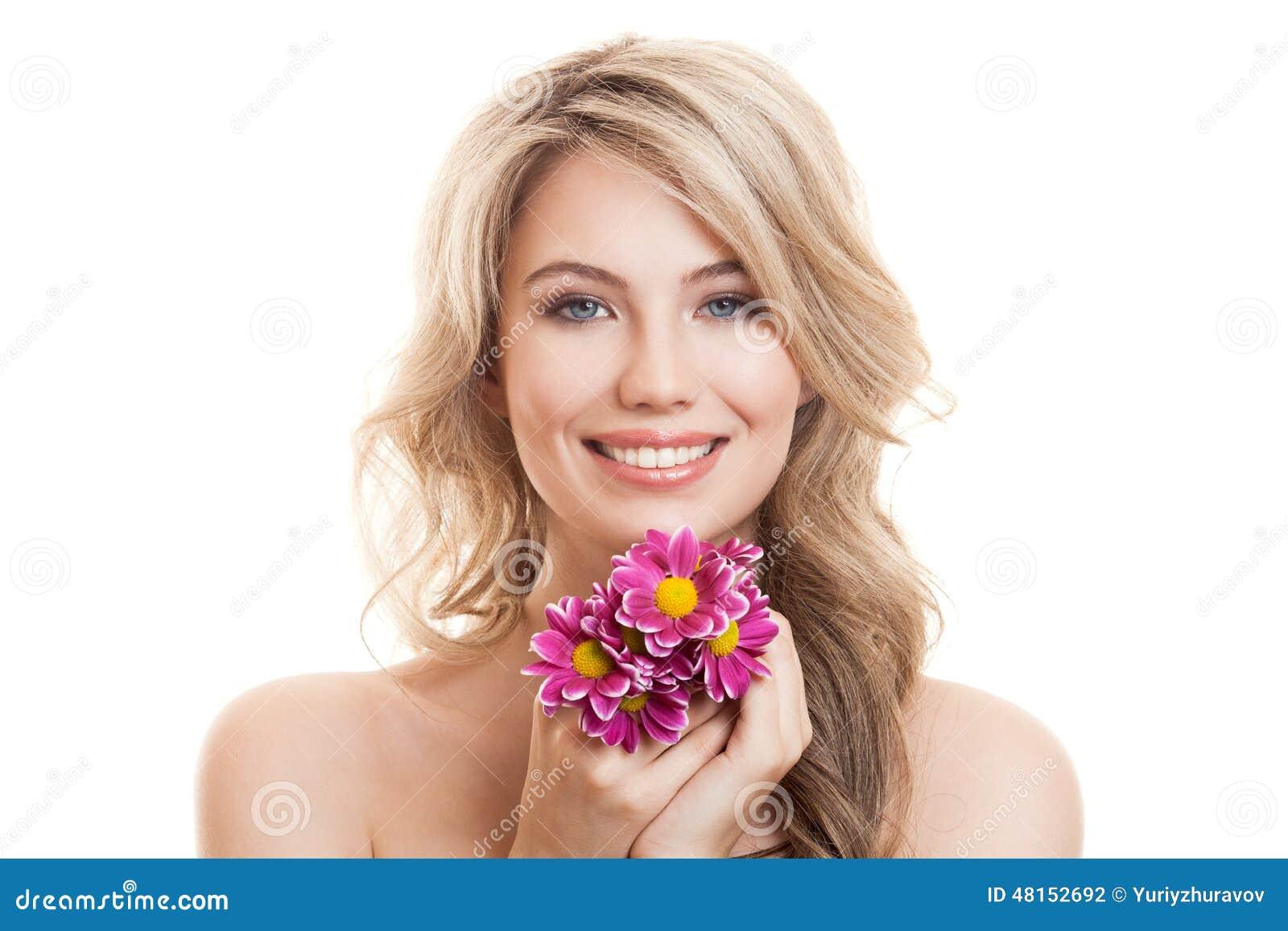 美丽的微笑的妇女画象有花的 清楚的皮肤
