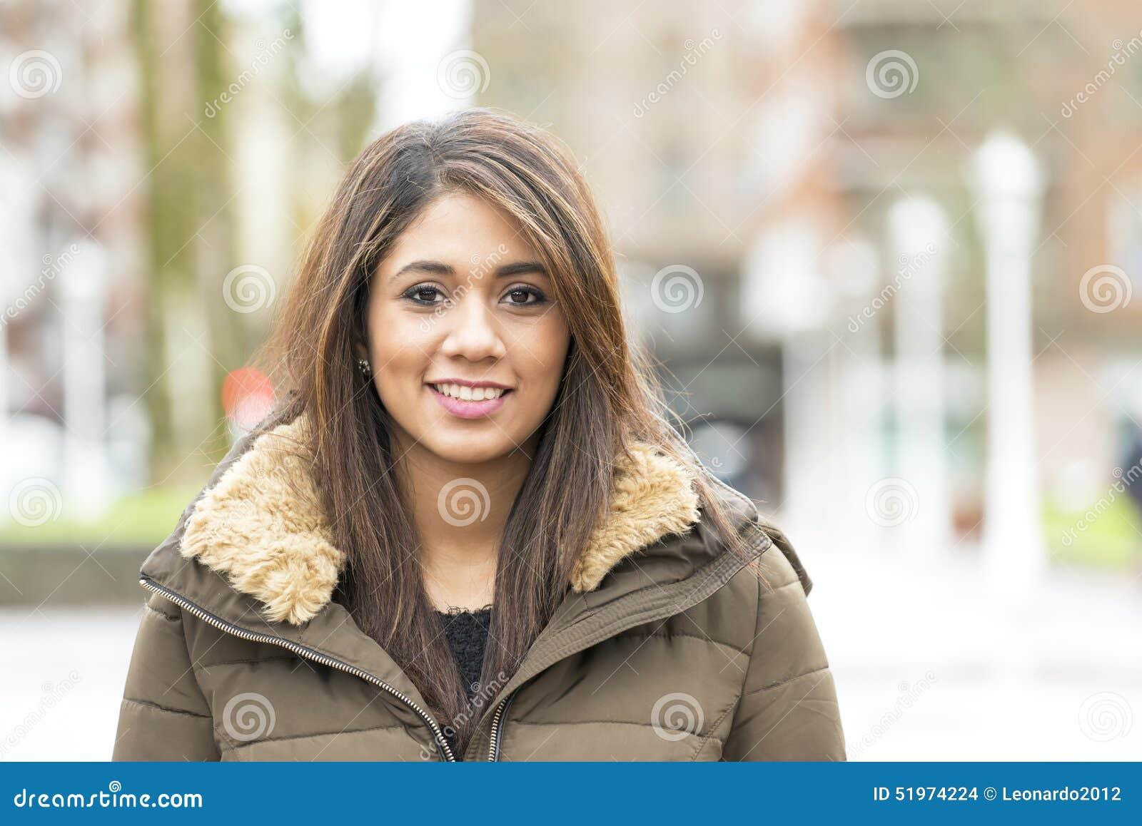 美丽的微笑的拉丁妇女画象街道的