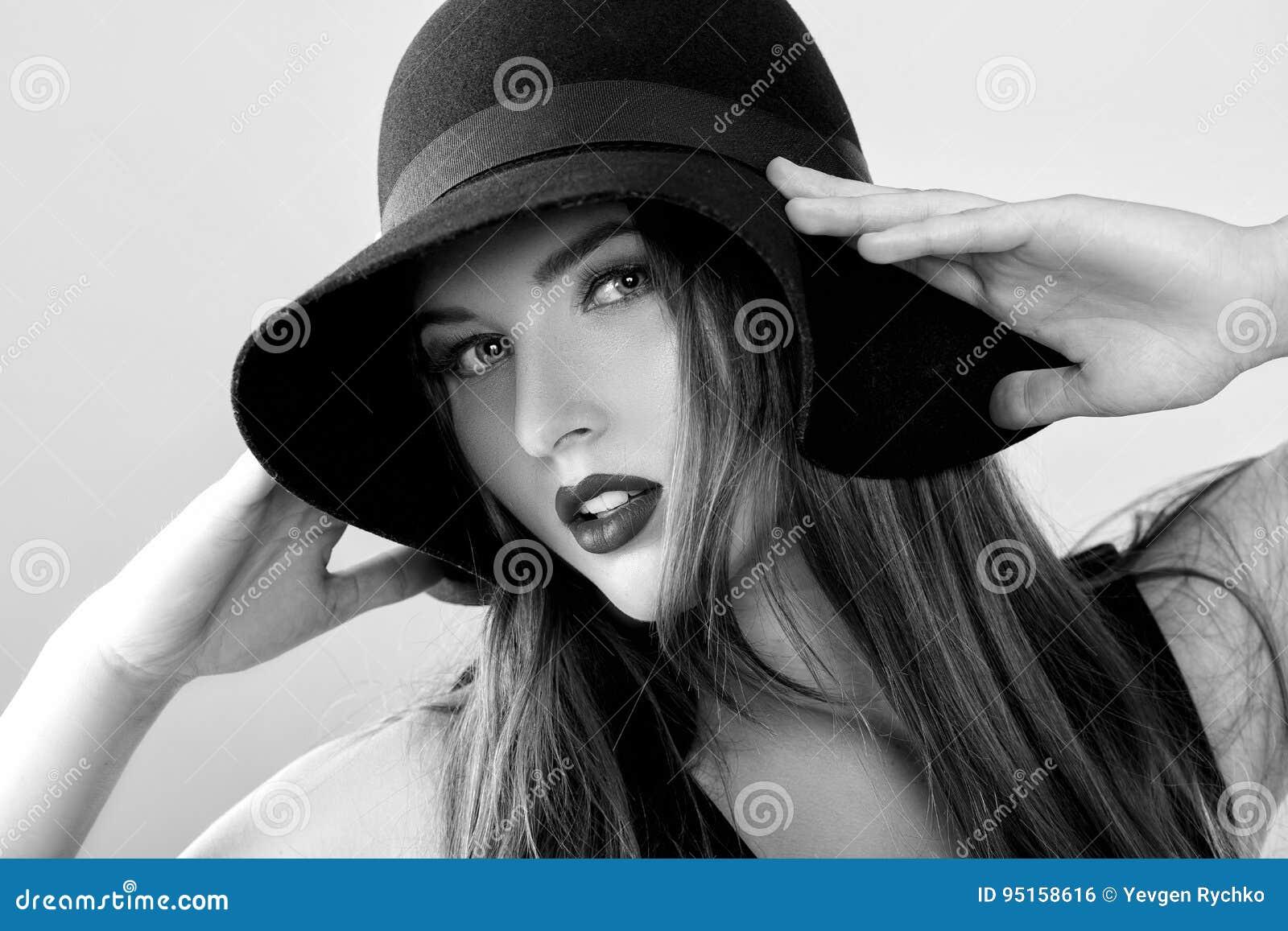 美丽的性感的妇女黑白画象黑帽会议的