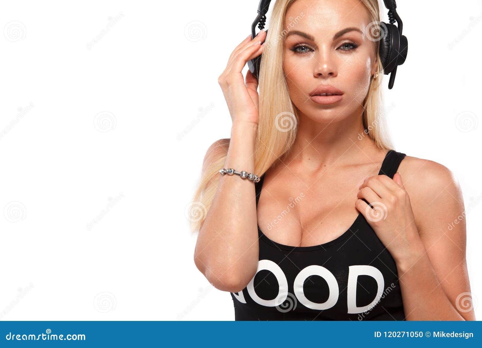 美丽的性感的金发碧眼的女人DJ妇女特写镜头画象白色背景的在演播室佩带的耳机