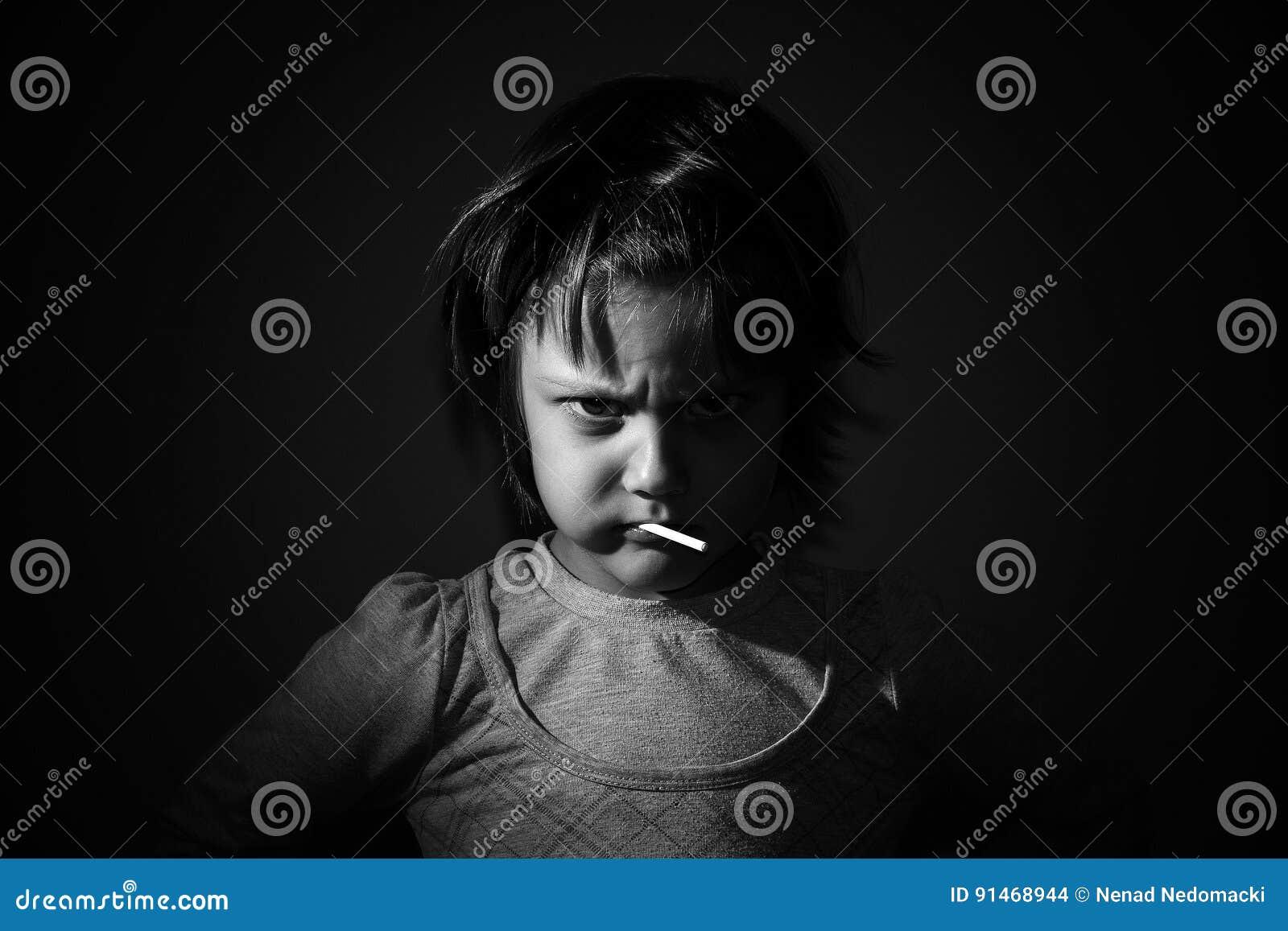 美丽的恼怒的矮小的女孩