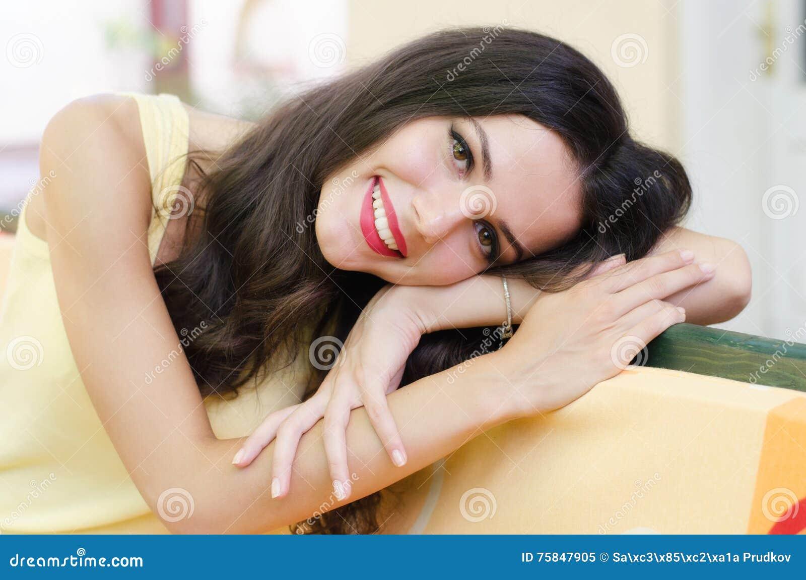 美丽的愉快的女孩画象有单独坐长的头发的