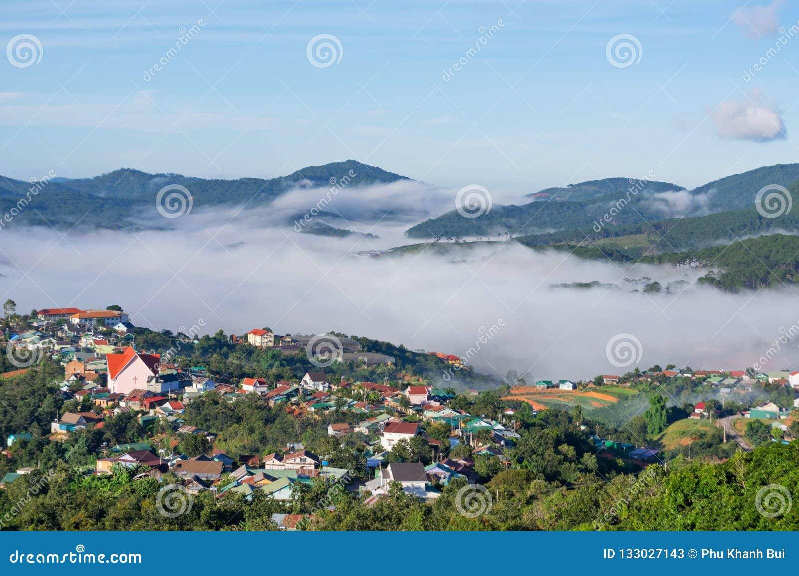 美丽的房子在有不可思议的雾和光的乡下在日出第11部分