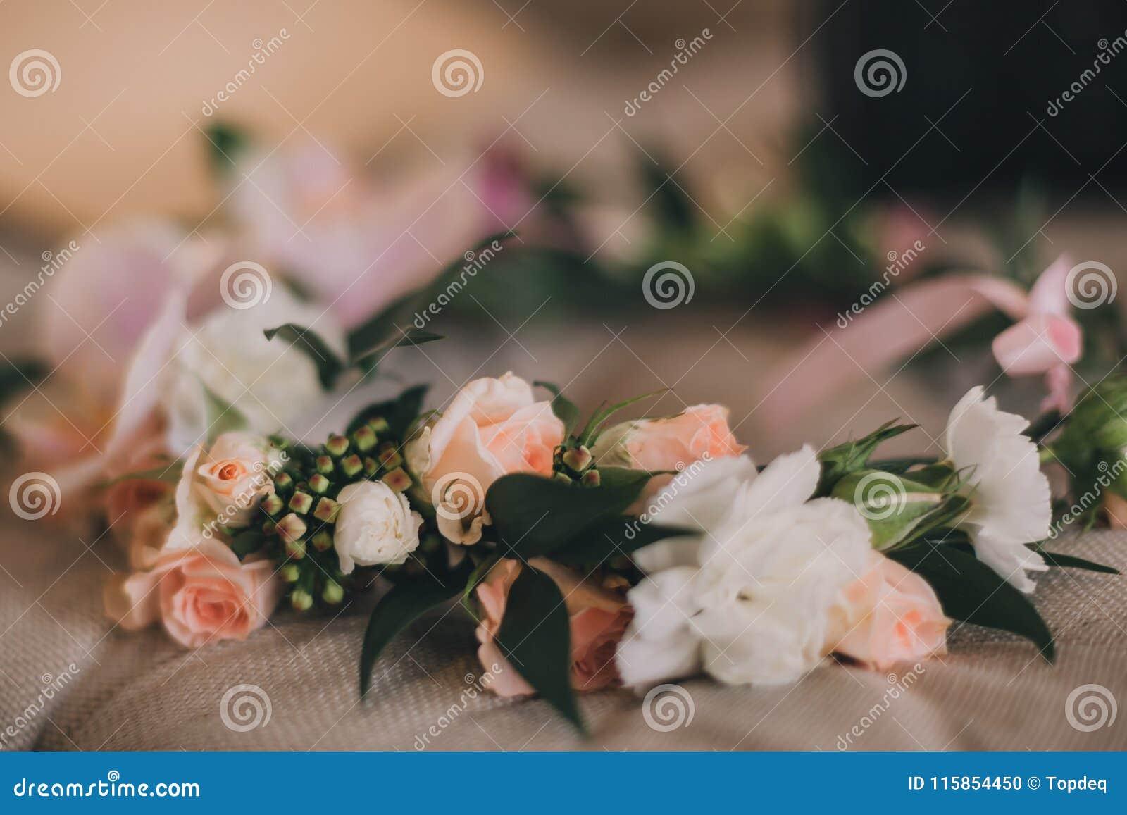 美丽的手工制造花卉花圈