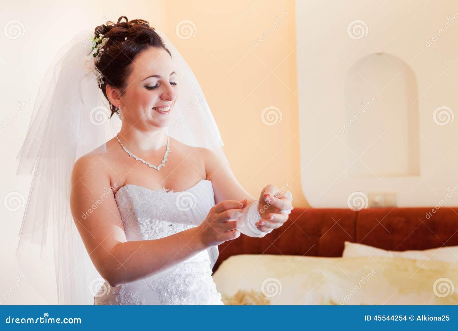 美丽的新娘浅黑肤色的男人