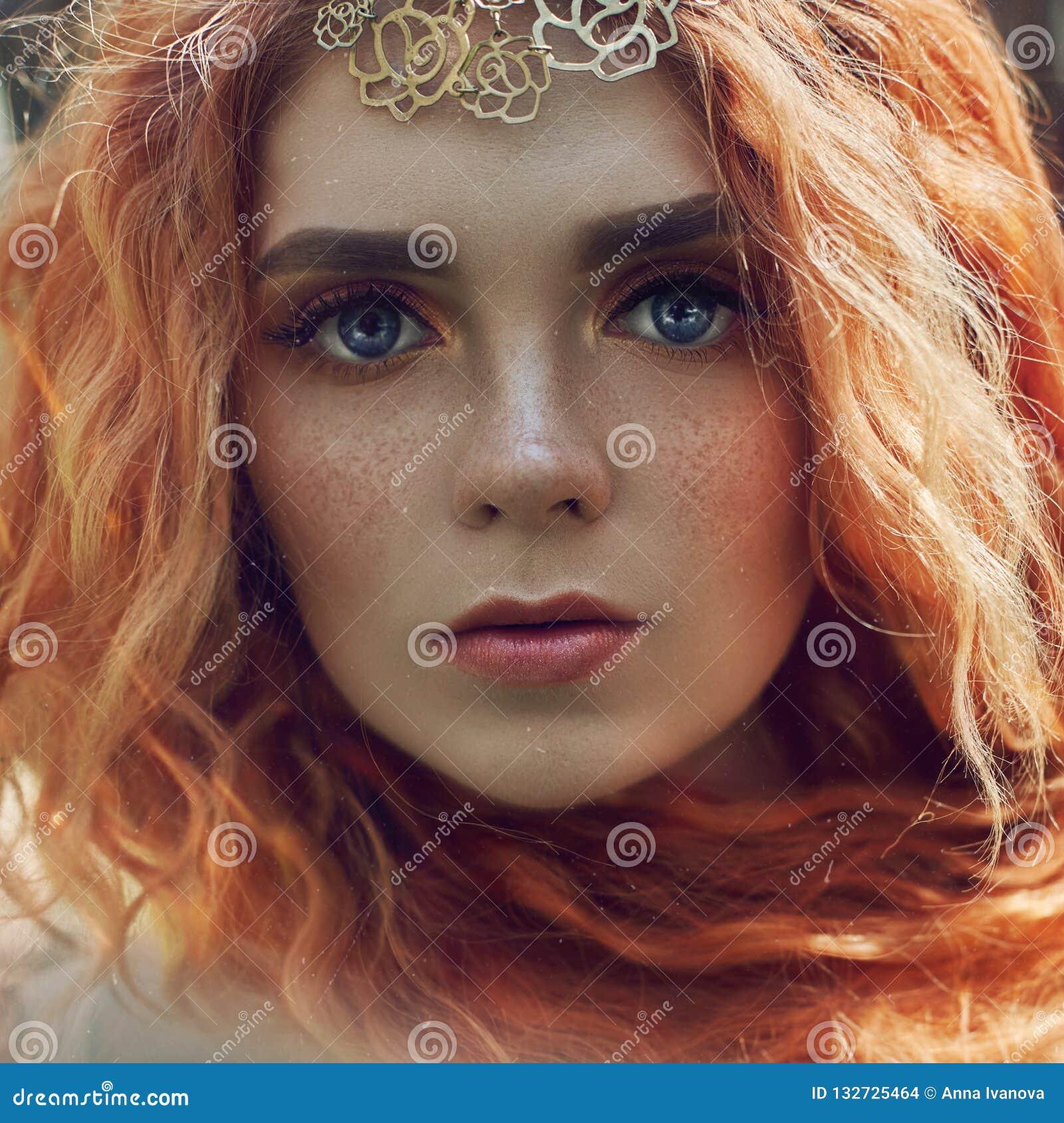 美丽的有大眼睛和雀斑的红头发人挪威女孩在红头发人妇女特写镜头森林画象的面孔本质上