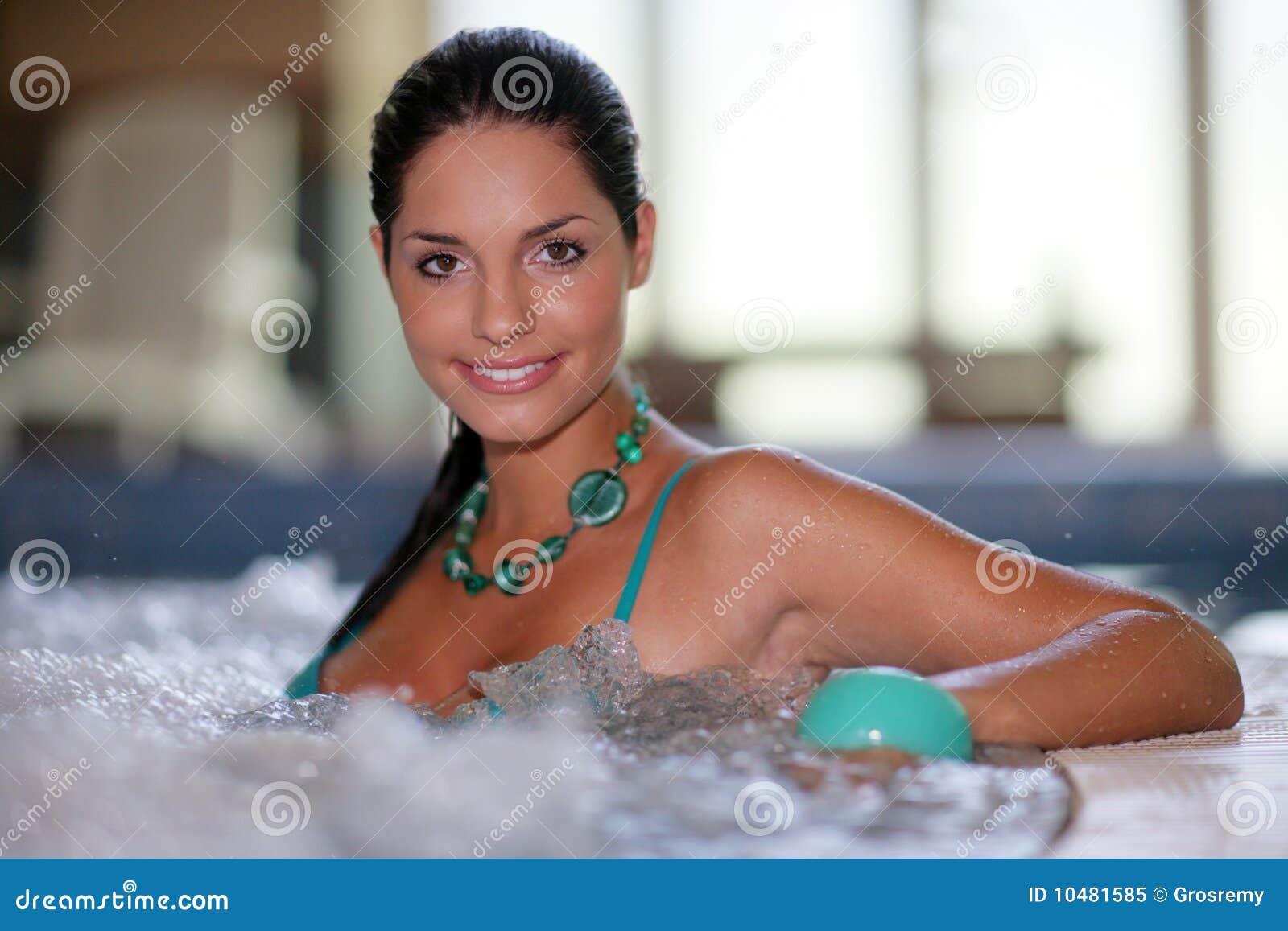 美丽的极可意浴缸妇女年轻人