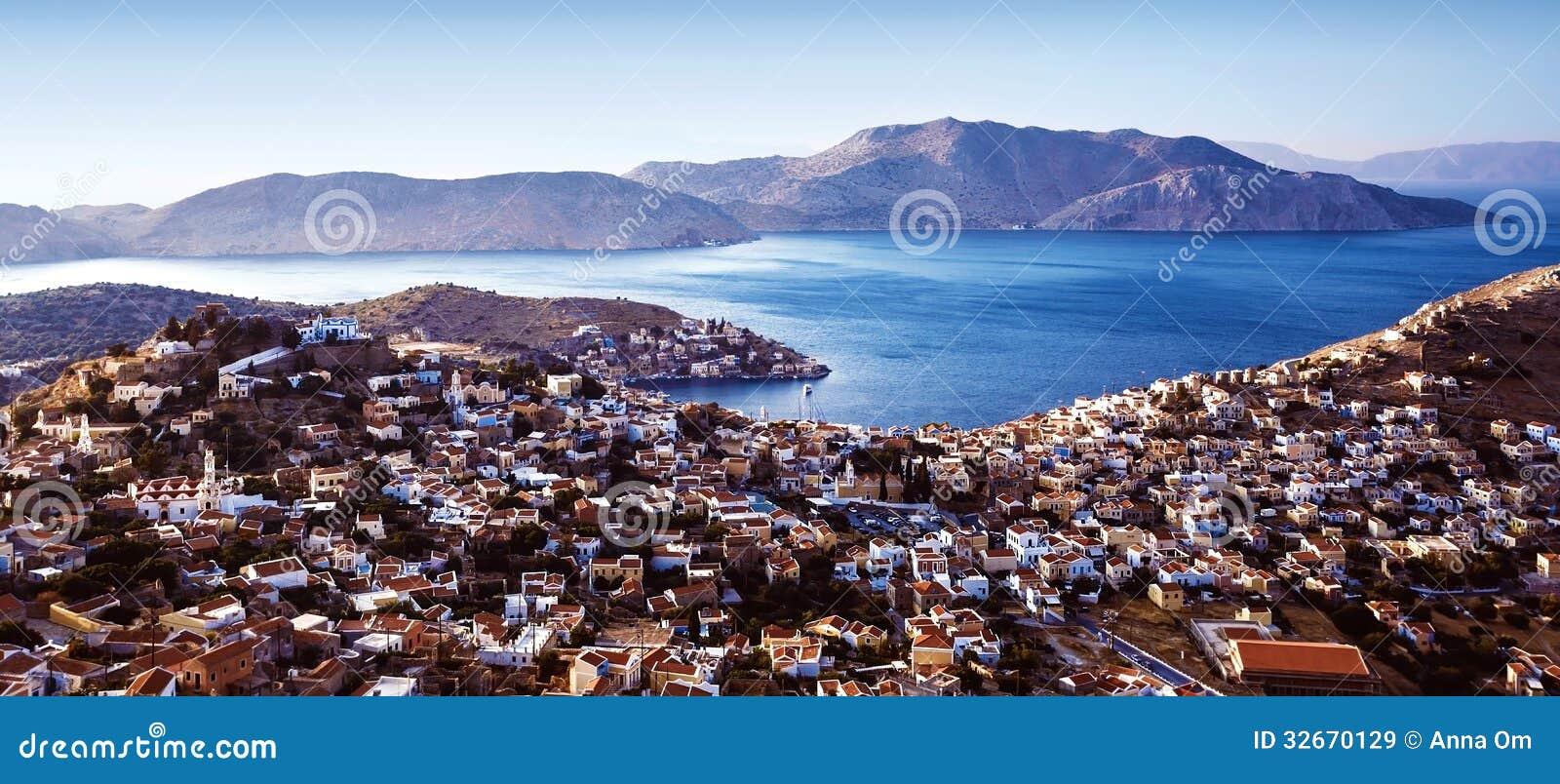 美丽的沿海城市,欧洲镇在地中海,希腊海岛,许多小的房子,美丽如画的图片