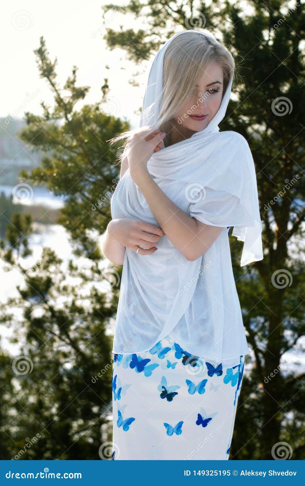 美丽的深色的头发女孩i冬季衣服