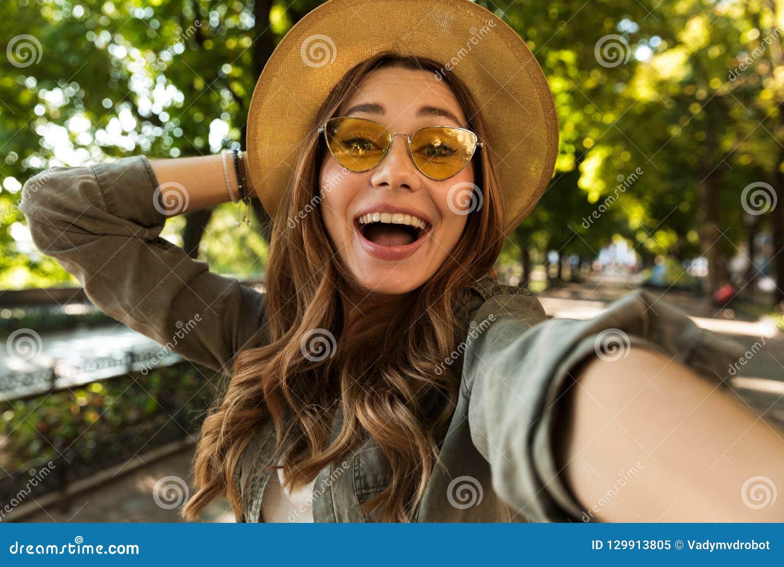 美丽的激动的震惊妇女户外由照相机采取selfie