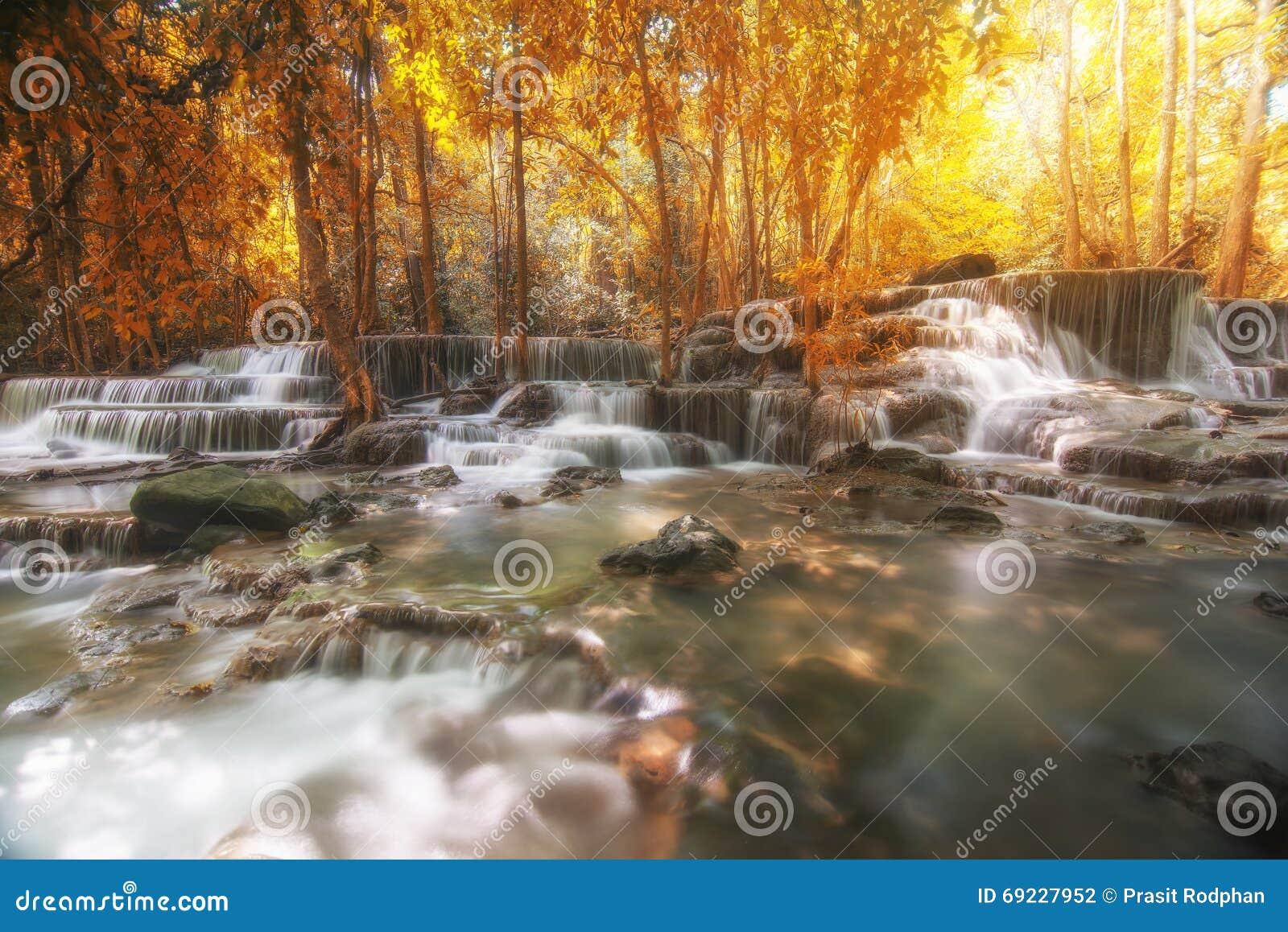 美丽的瀑布在秋天森林里,深森林瀑布,坎市