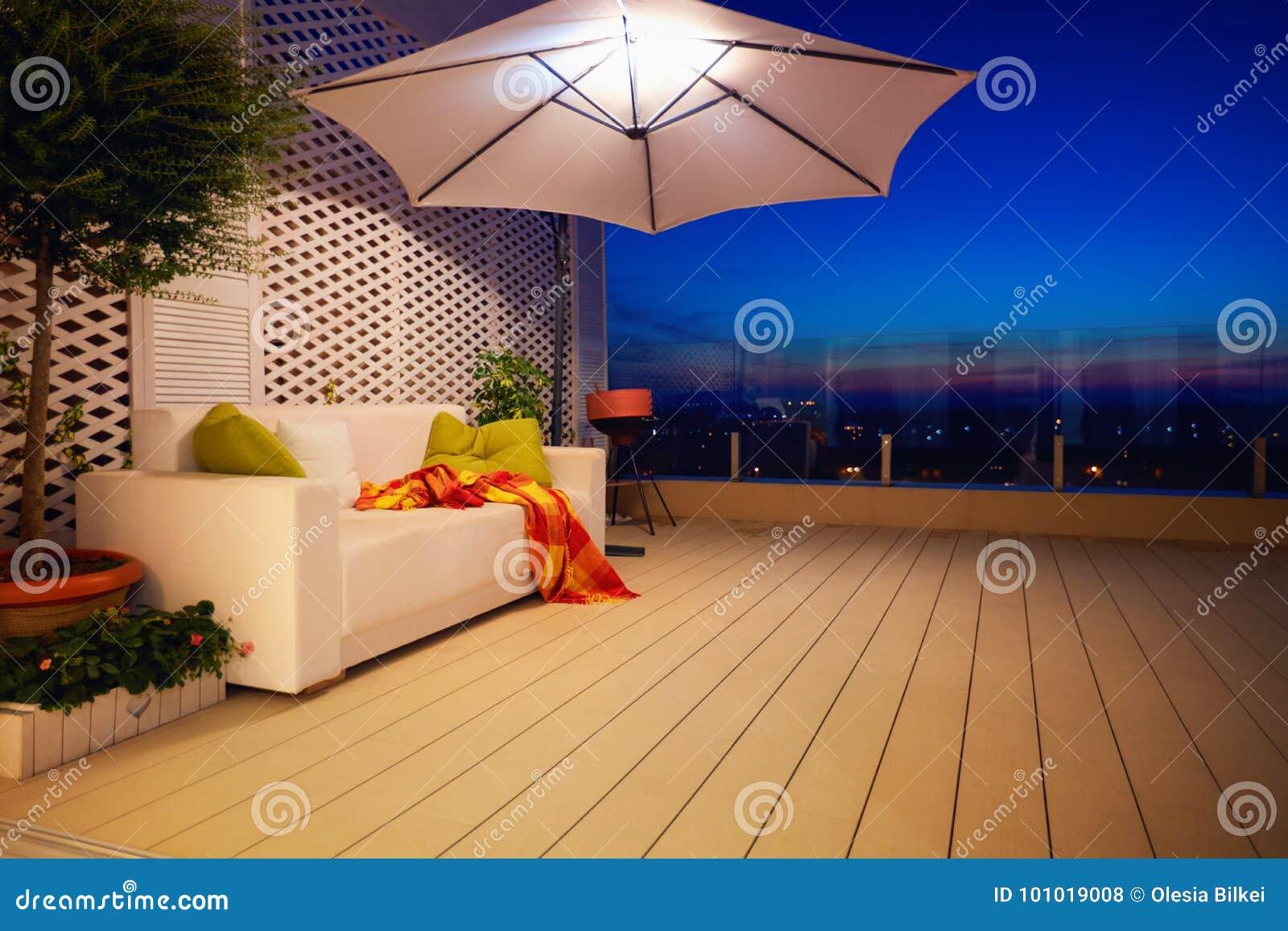 美丽的现代屋顶露台,大阳台有晚上城市视图