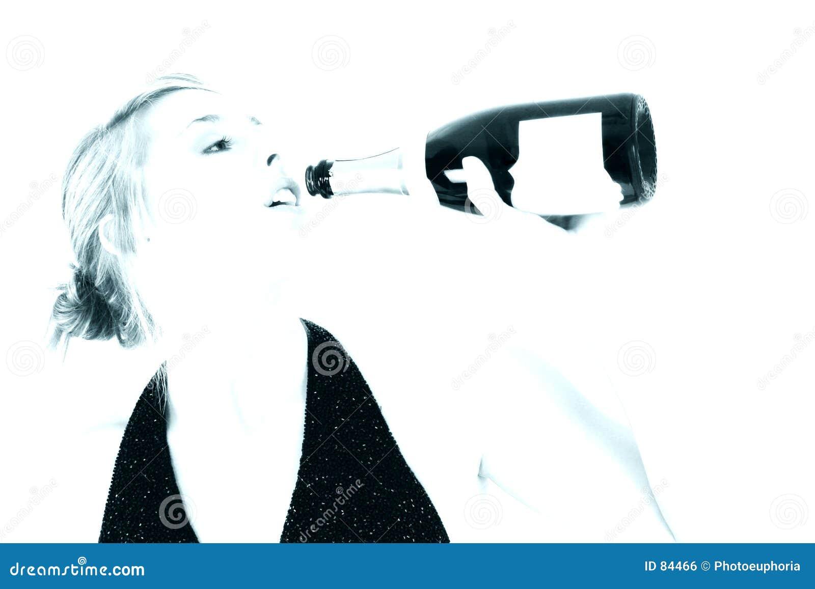 美丽的瓶香槟饮用的妇女