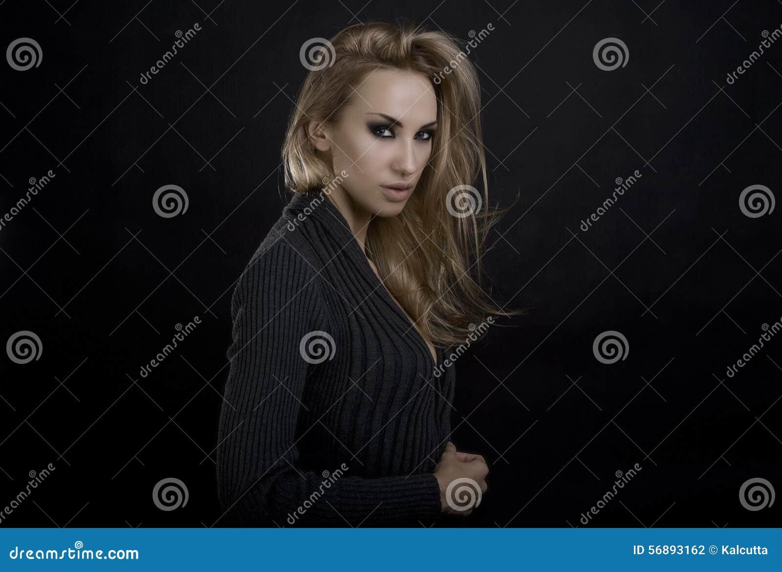 美丽的白肤金发的性感的妇女 可能 注视构成smokey