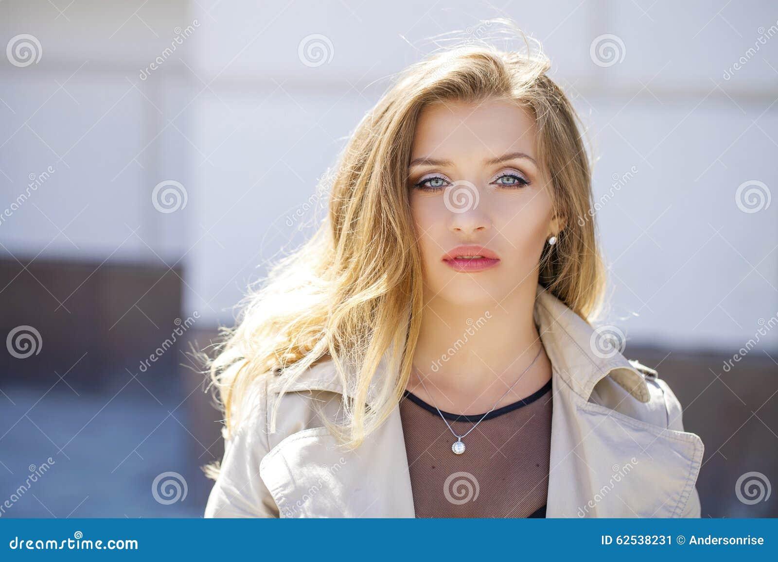美丽的白肤金发的眼睛集中纵向软的妇女年轻人