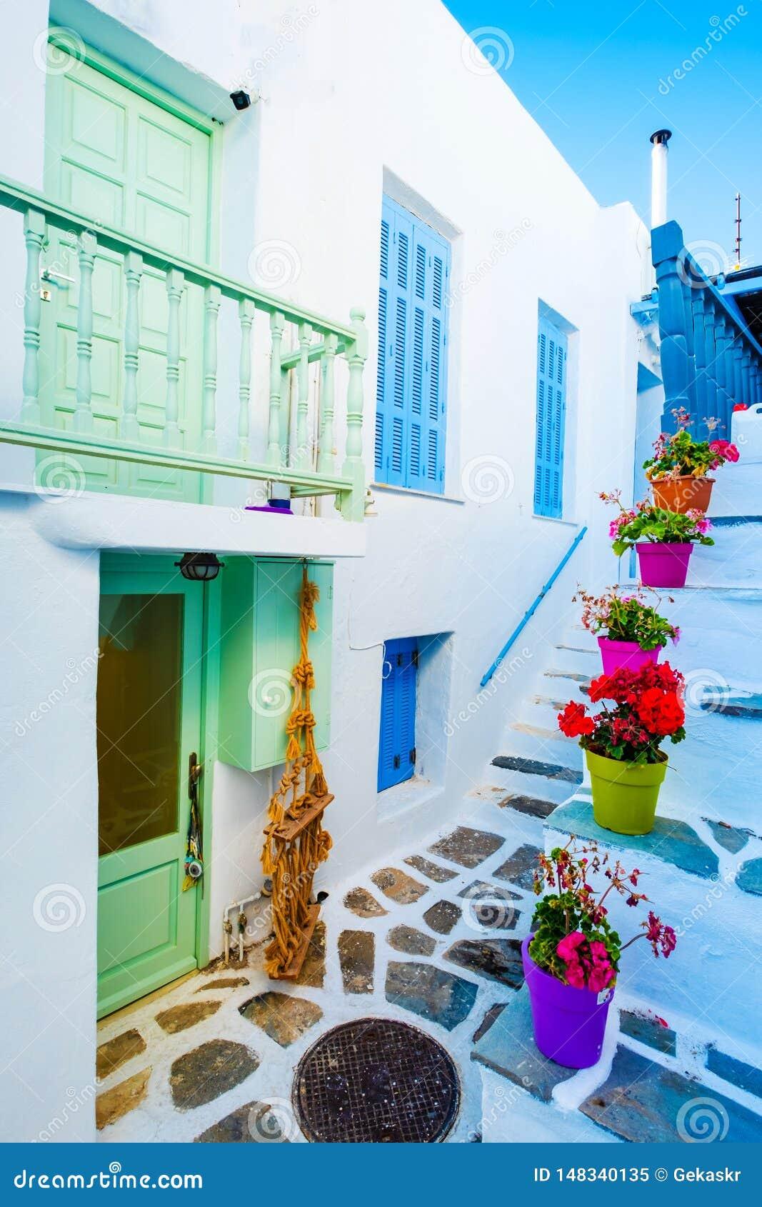 美丽的白色大厦的在希腊街道上的庭院视图