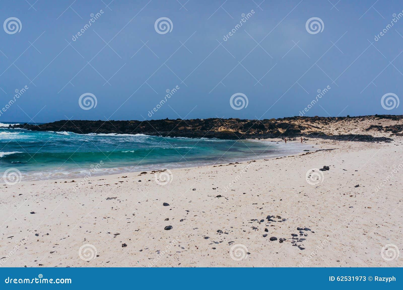 美丽的白色沙子海滩在兰萨罗特岛