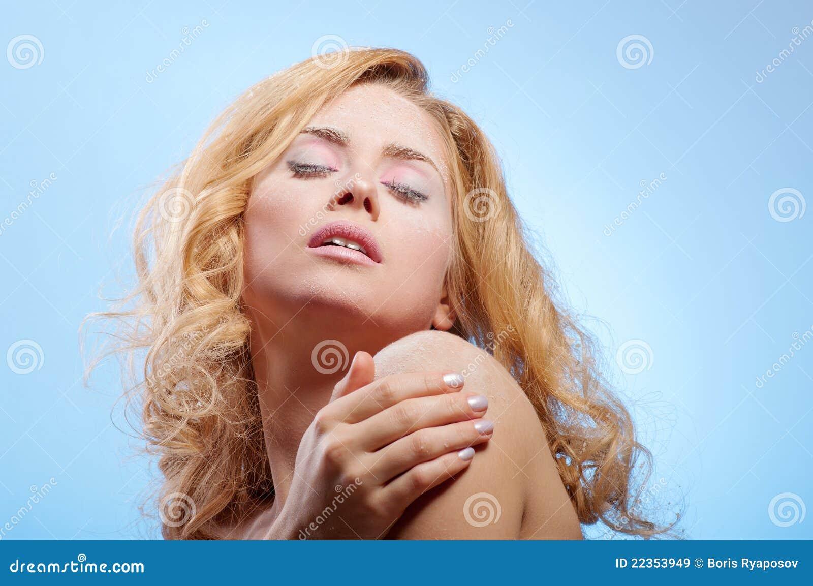 美丽的皮肤多雪的妇女年轻人