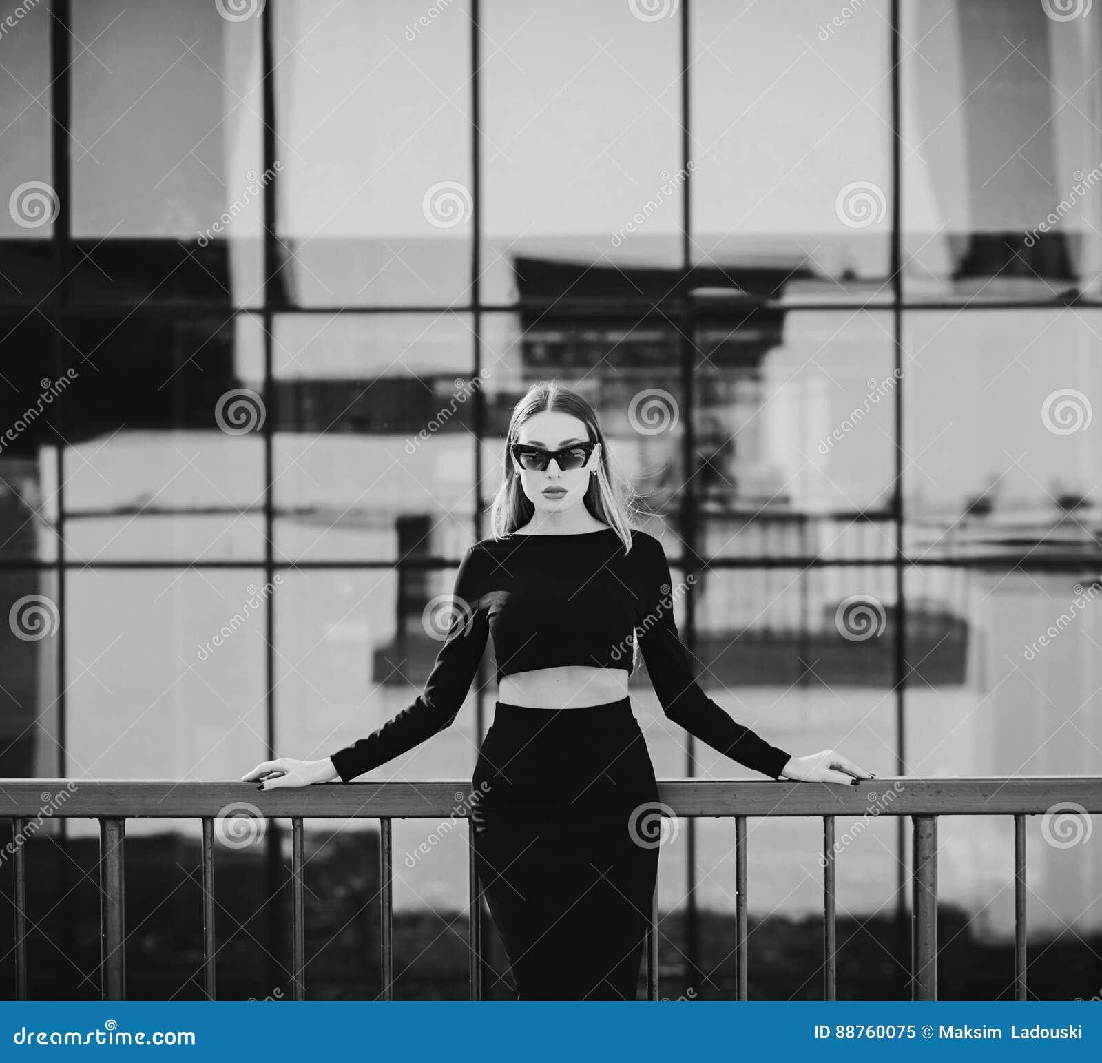 年轻美丽的端庄的妇女画象