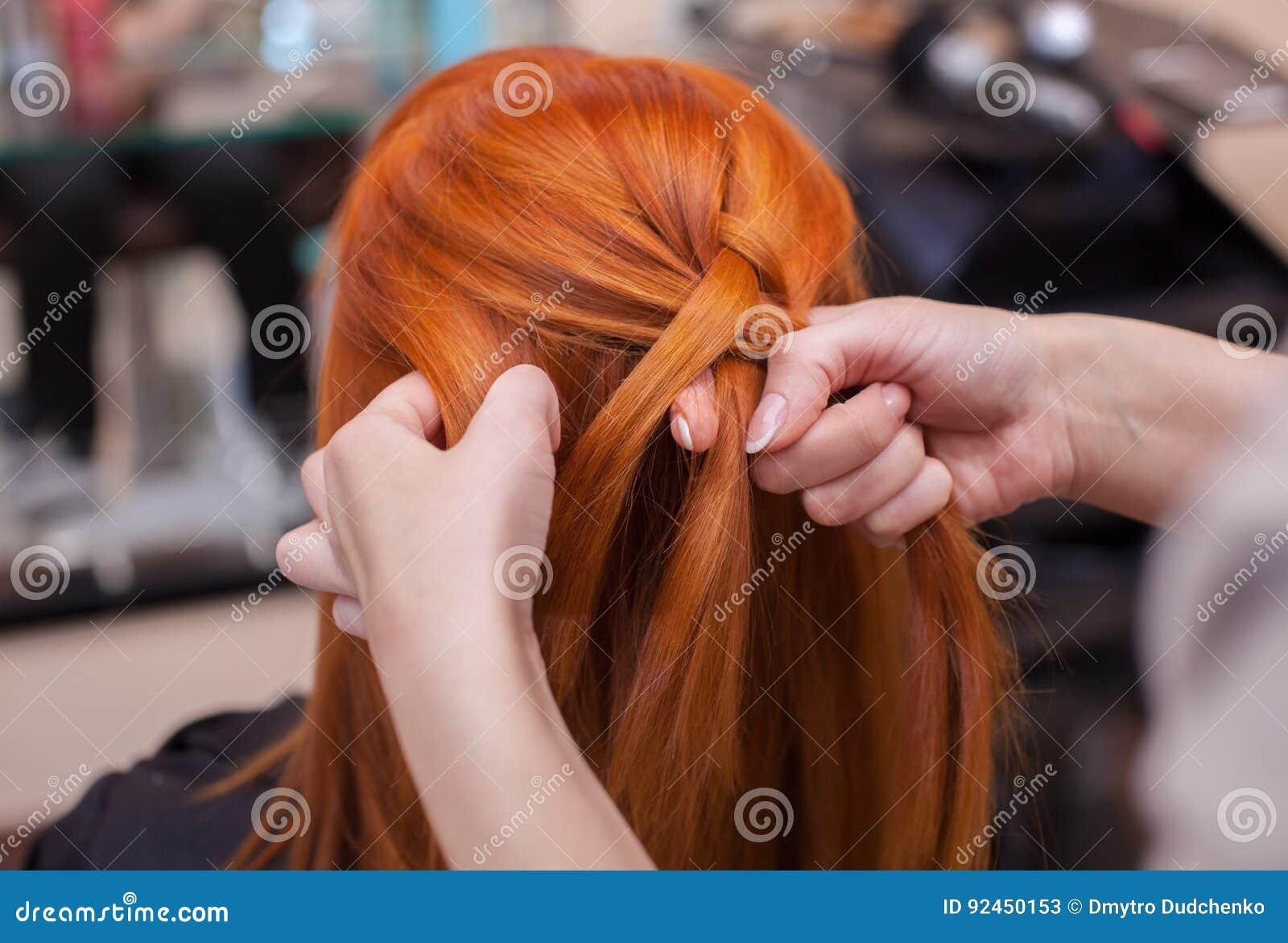 美丽的红发女孩,美发师织法法国辫子特写镜头