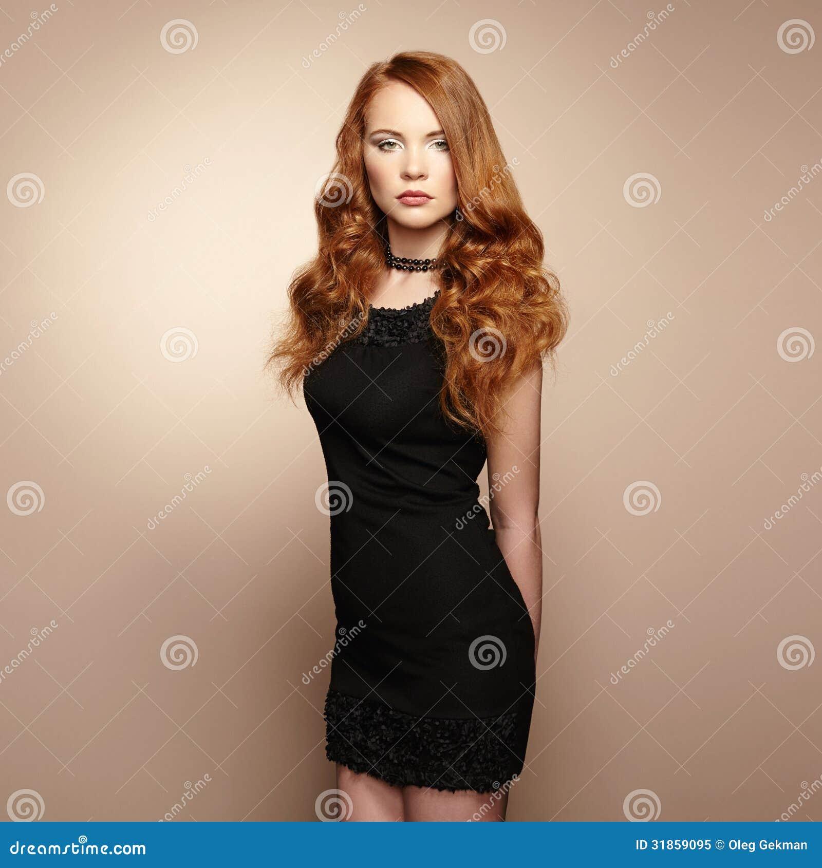美丽的红头发人妇女画象黑礼服的 免版税库存照片 图片 31859095
