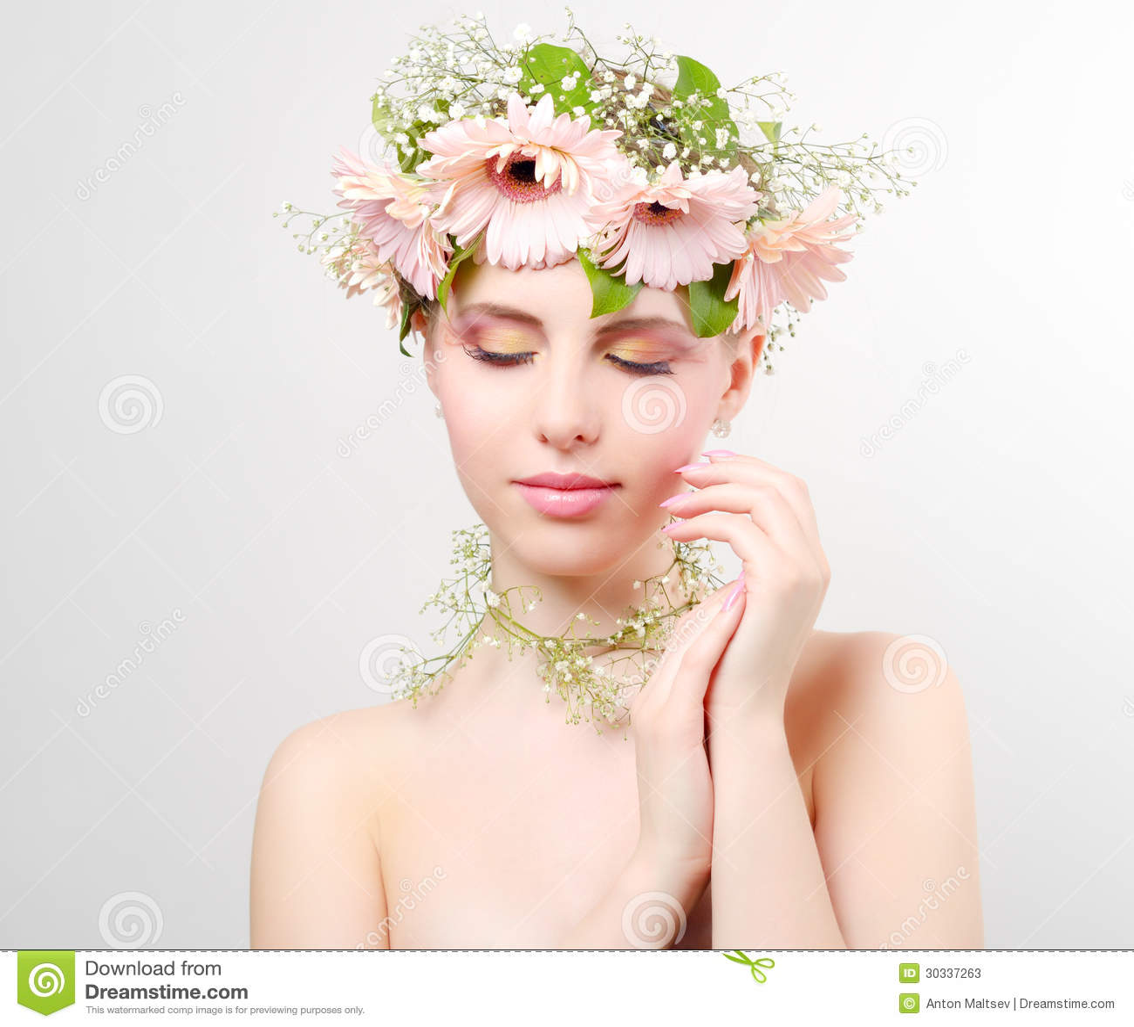 美丽的花女孩佩带的花圈