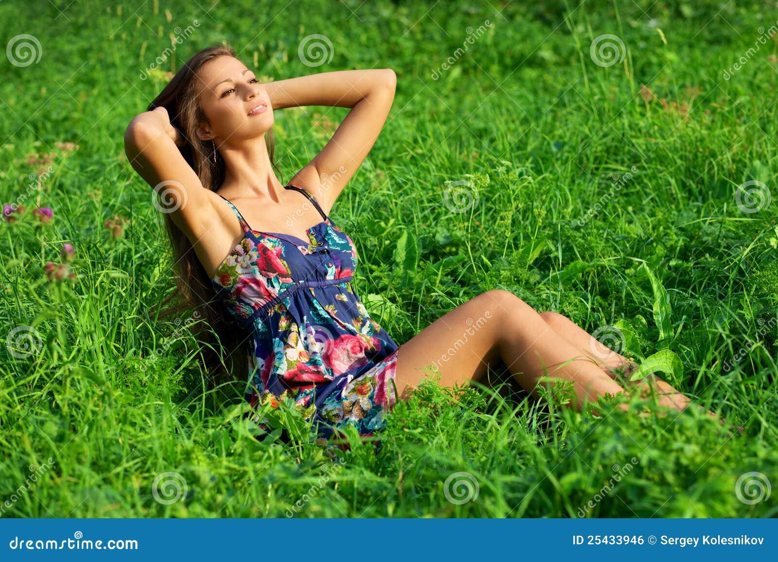 美丽的草松弛妇女年轻人