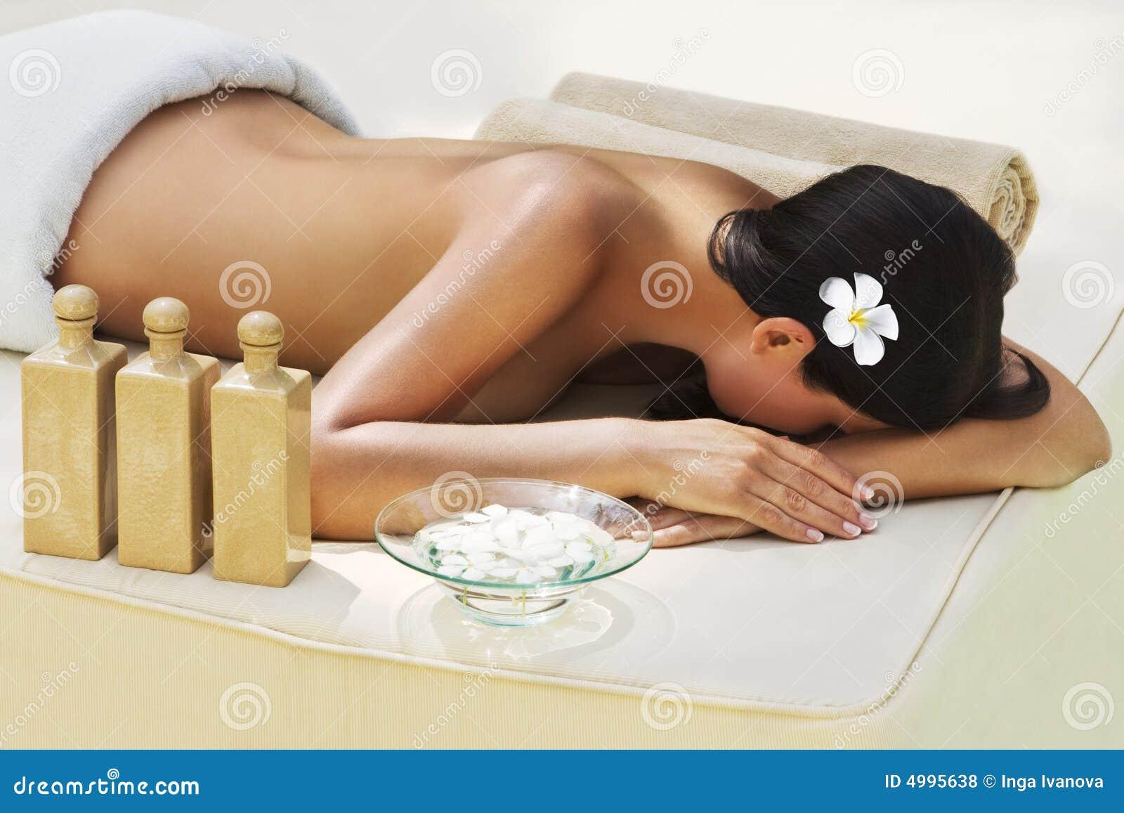美丽的获得的温泉处理妇女