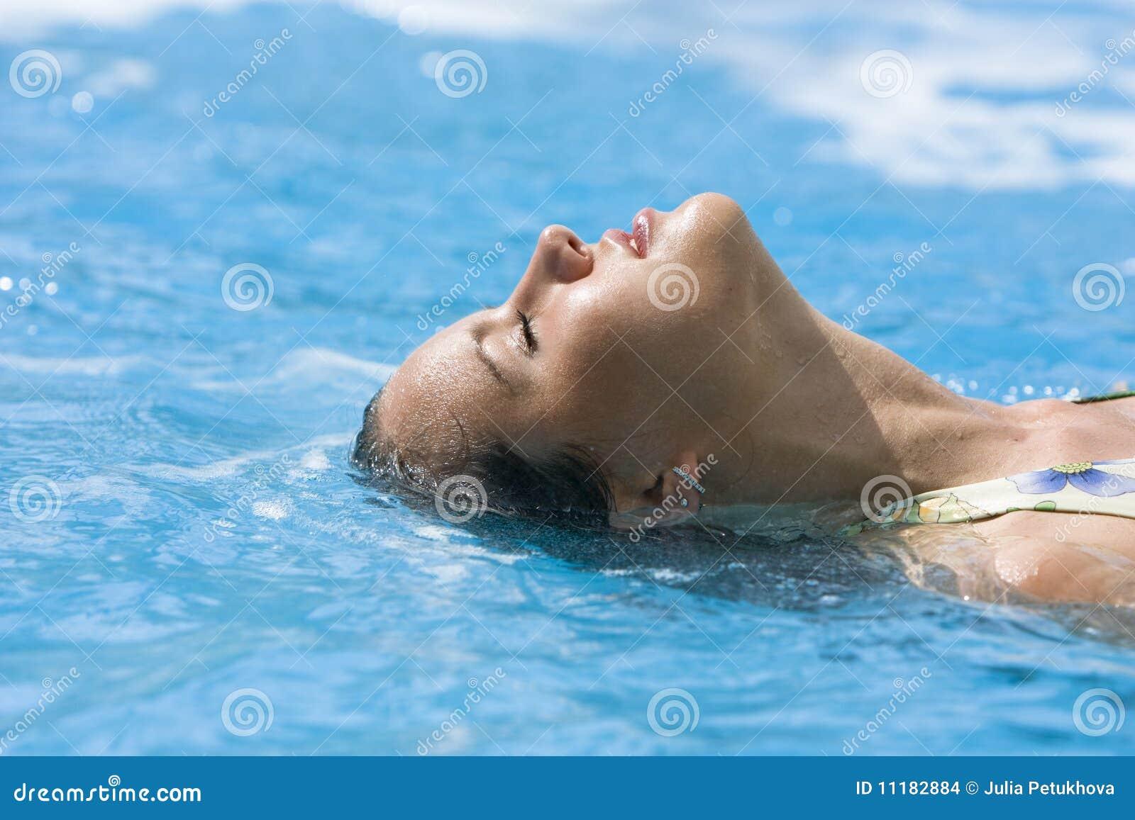 美丽的蓝色女孩人员水