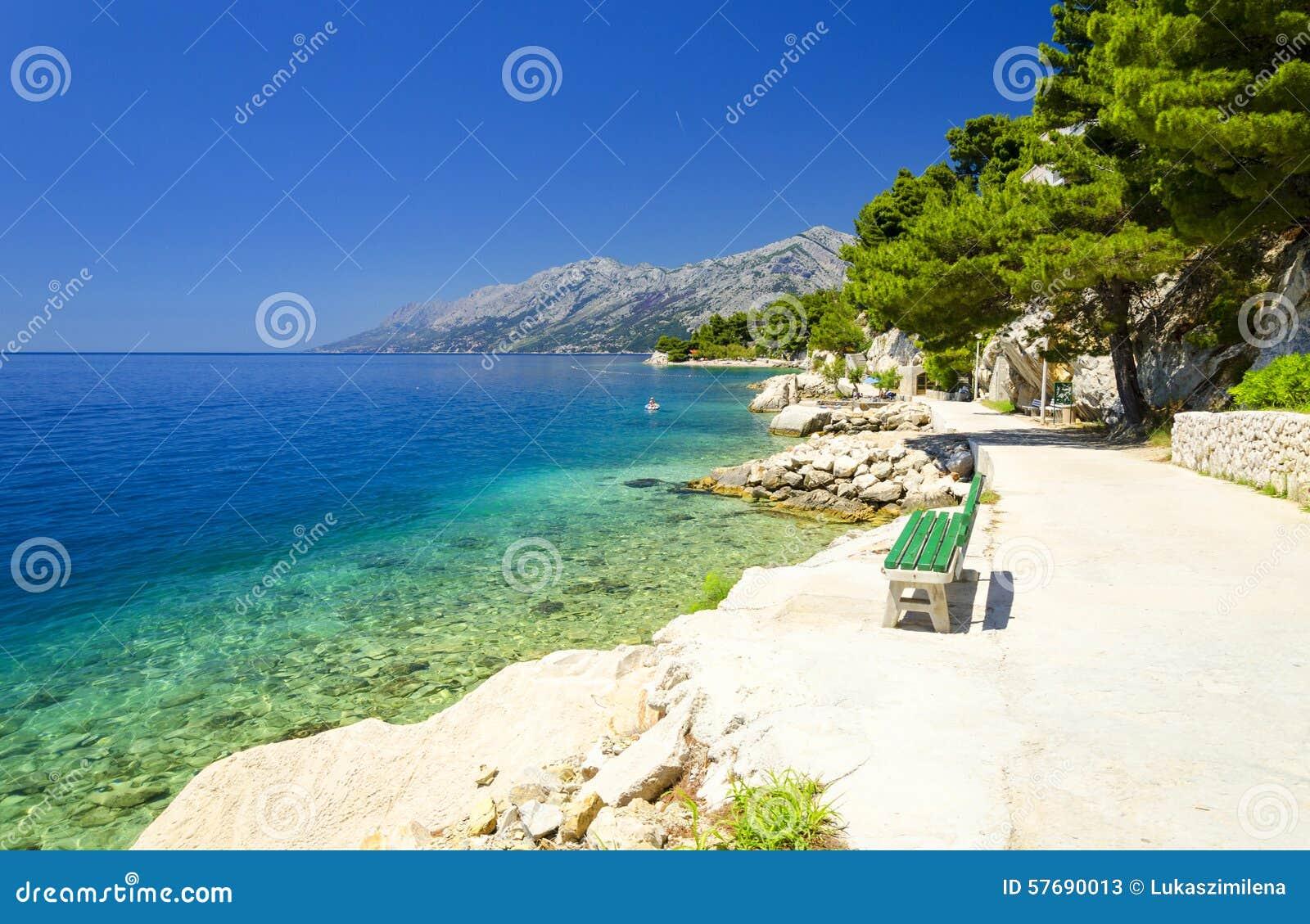 美丽的蓝色盐水湖在Brela,马卡尔斯卡里维埃拉,达尔马提亚,克罗地亚