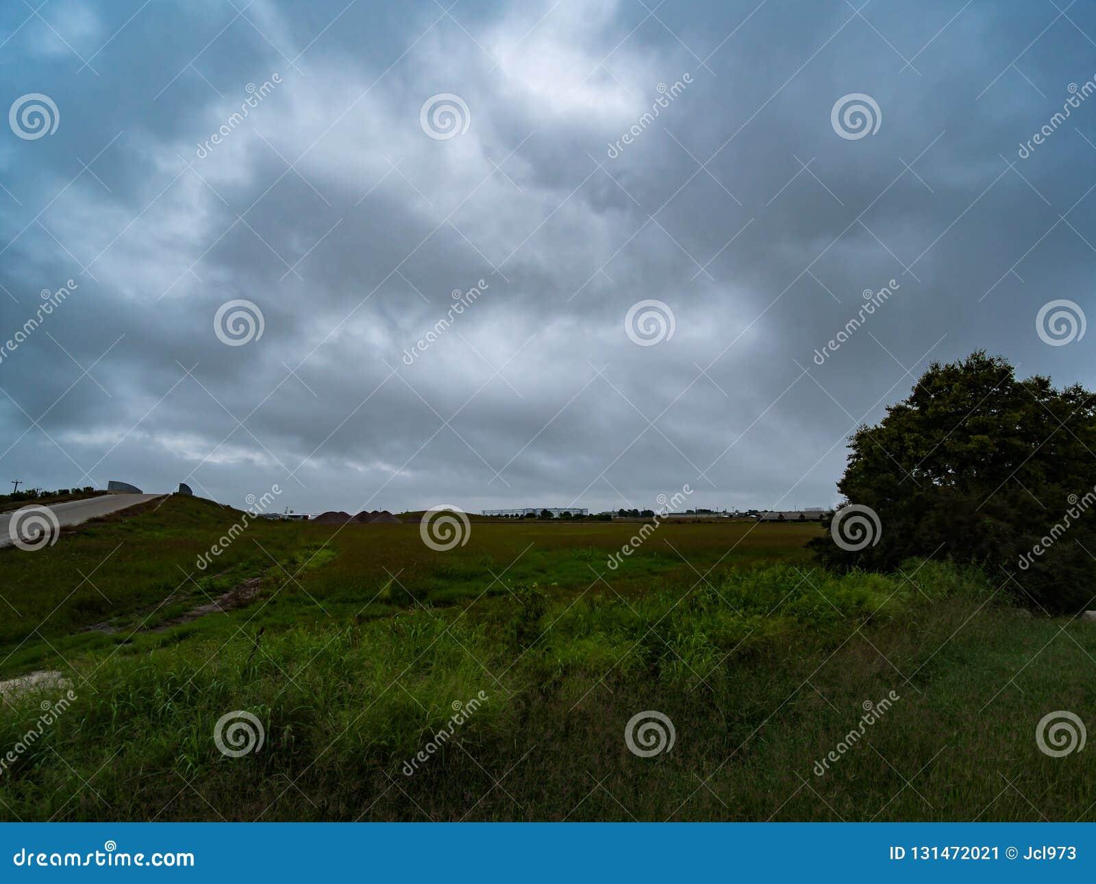 美丽的蓝色阴云密布,多云天空