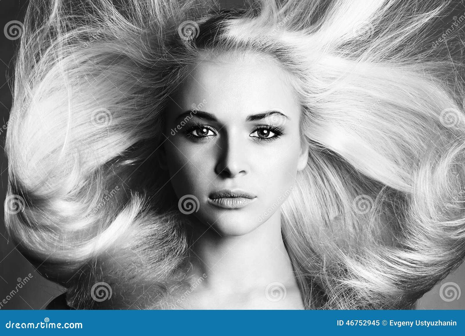 美丽的表面妇女年轻人 白肤金发的女孩 单色纵向 健康美丽的头发 擦亮沙龙的秀丽nailfile钉子