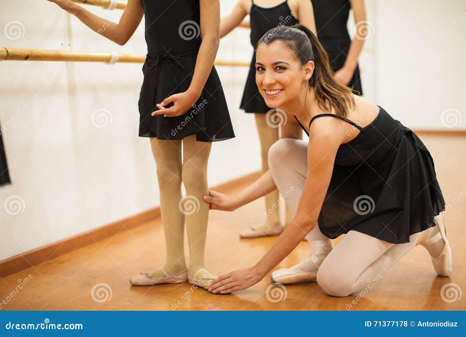 美丽的西班牙舞蹈老师在工作