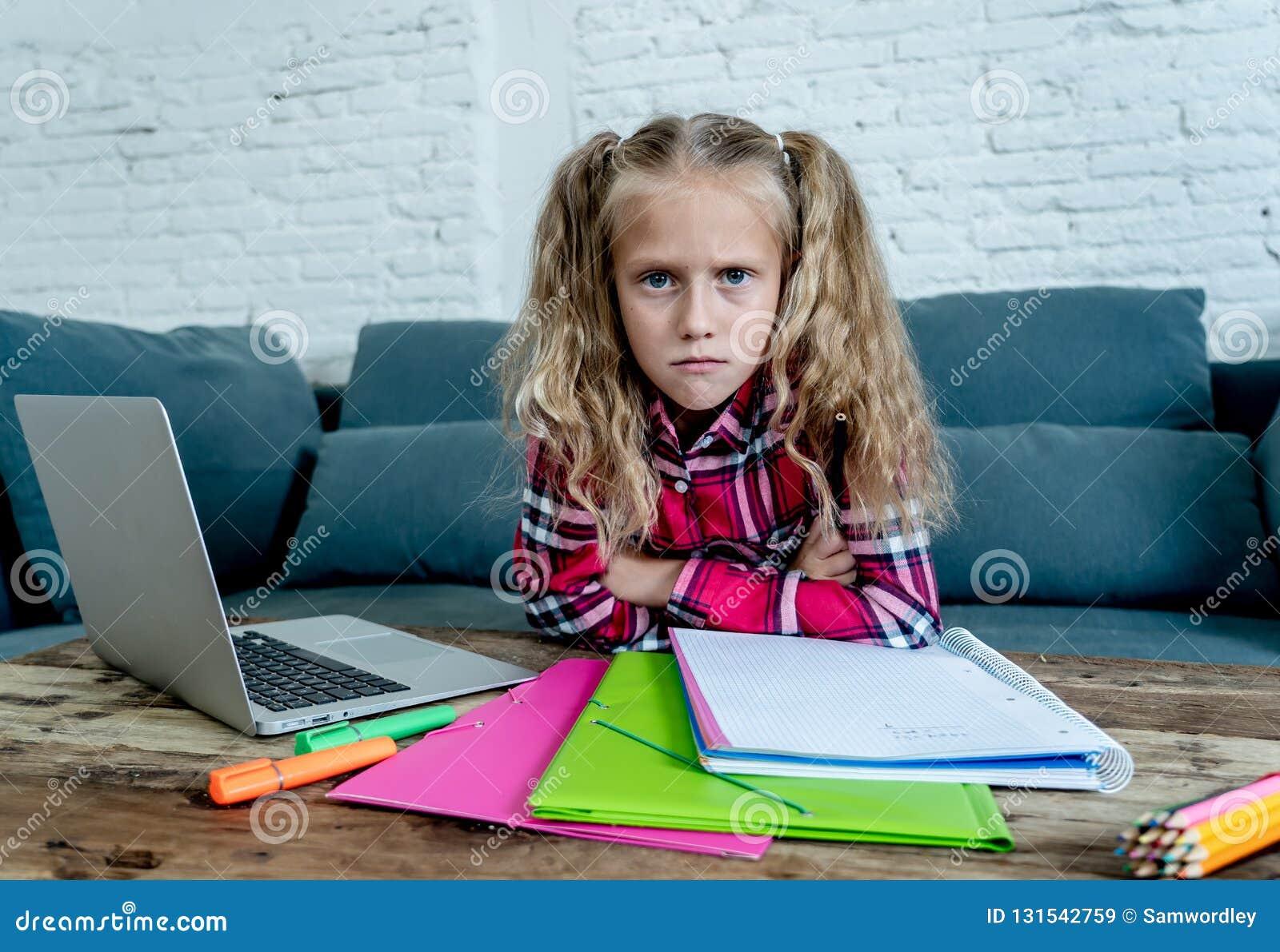 美丽的逗人喜爱的金发碧眼的女人9年小学生感觉哀伤不耐烦的和一被淹没的设法在家学习在学会