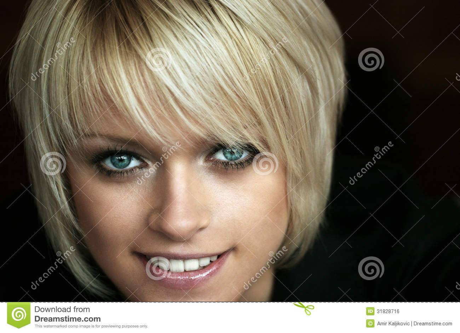 美丽的金发碧眼的女人
