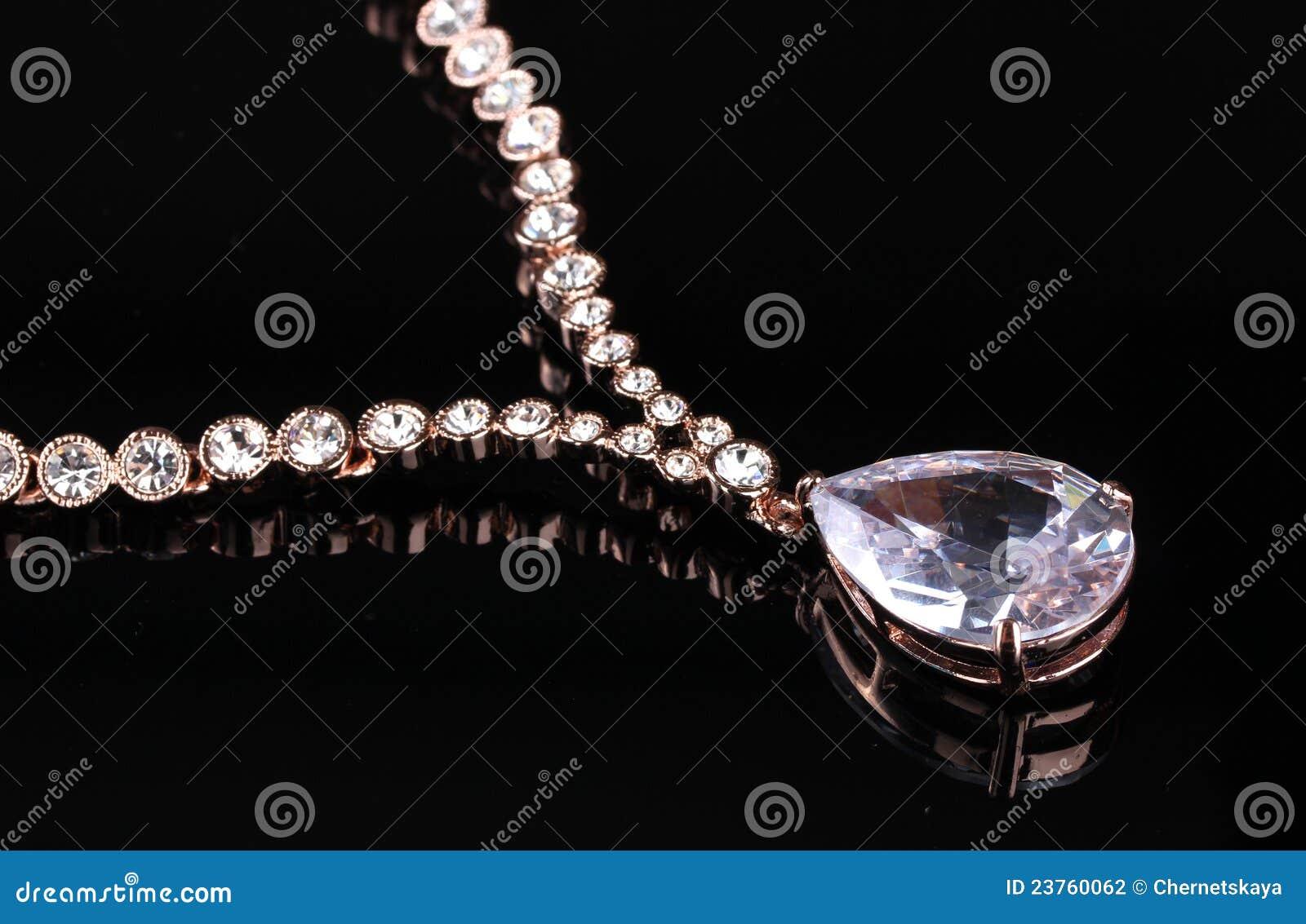 美丽的金子修宝石项链