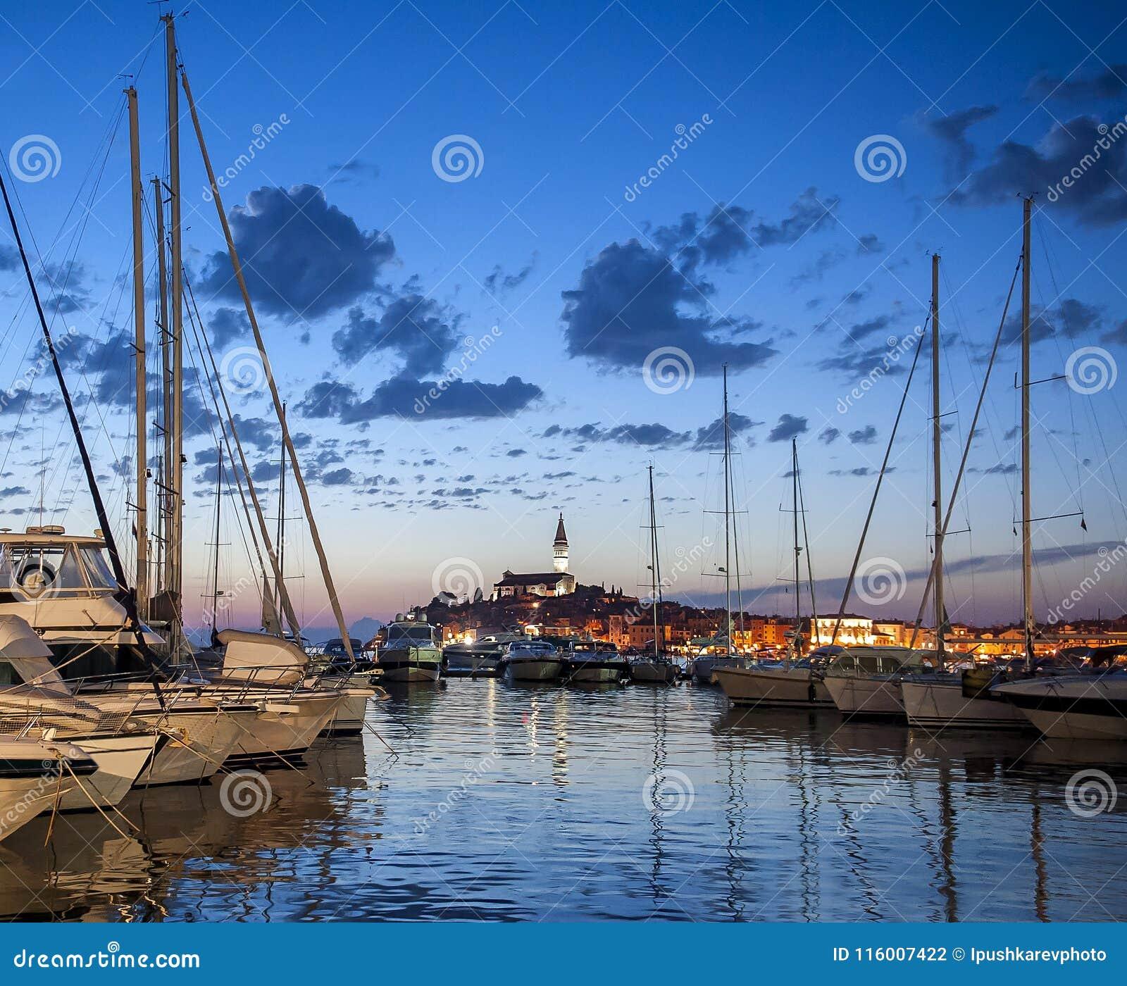 美丽的镇罗维尼夜视图在Istria,克罗地亚 晚上在老克罗地亚城市,与水反射的夜场面和颜色