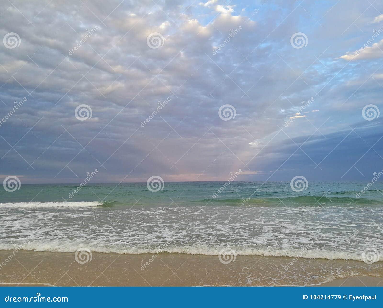 美丽的镇静平安的海滩和安静的海在晚上