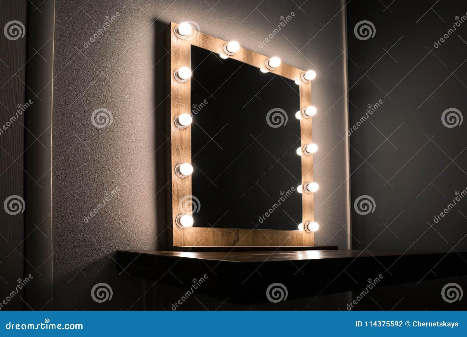 美丽的镜子在现代屋子里