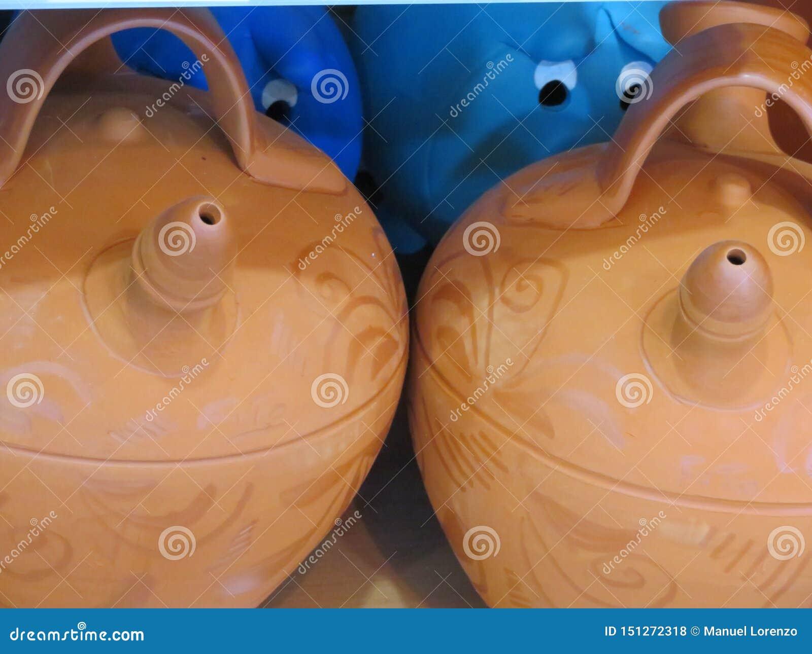美丽的陶器投手泥准备好对凉水