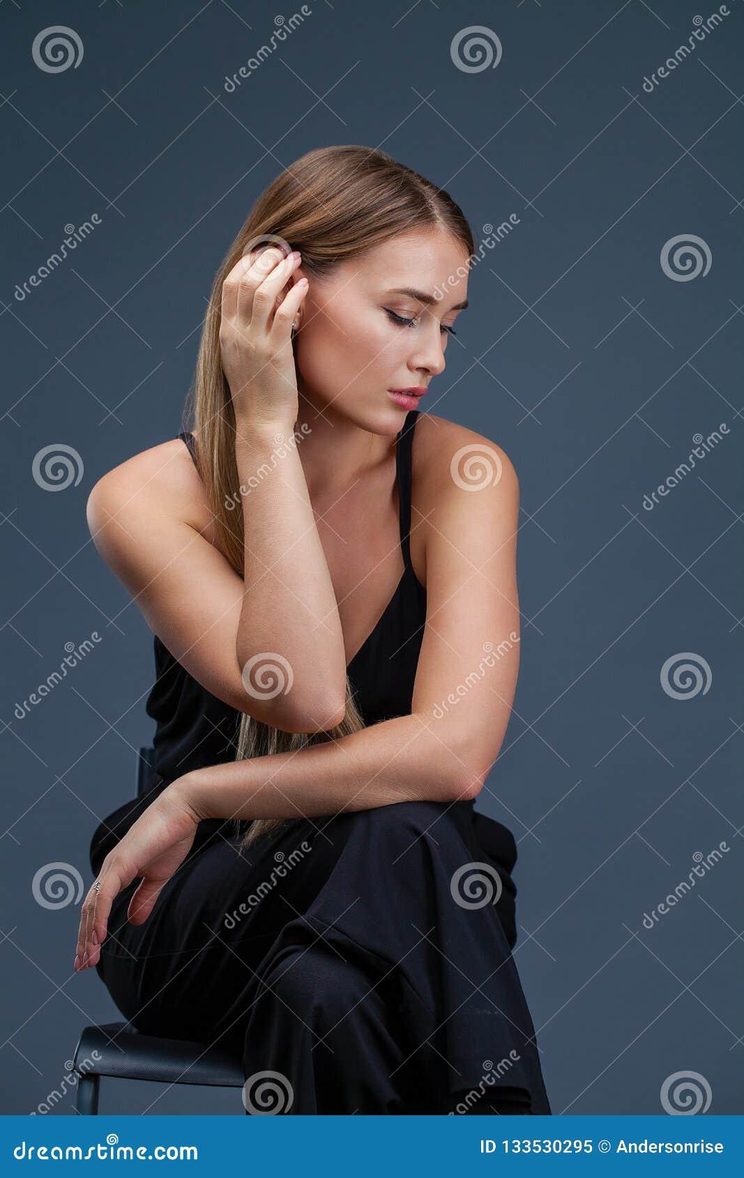 美丽的黑人白肤金发的礼服妇女