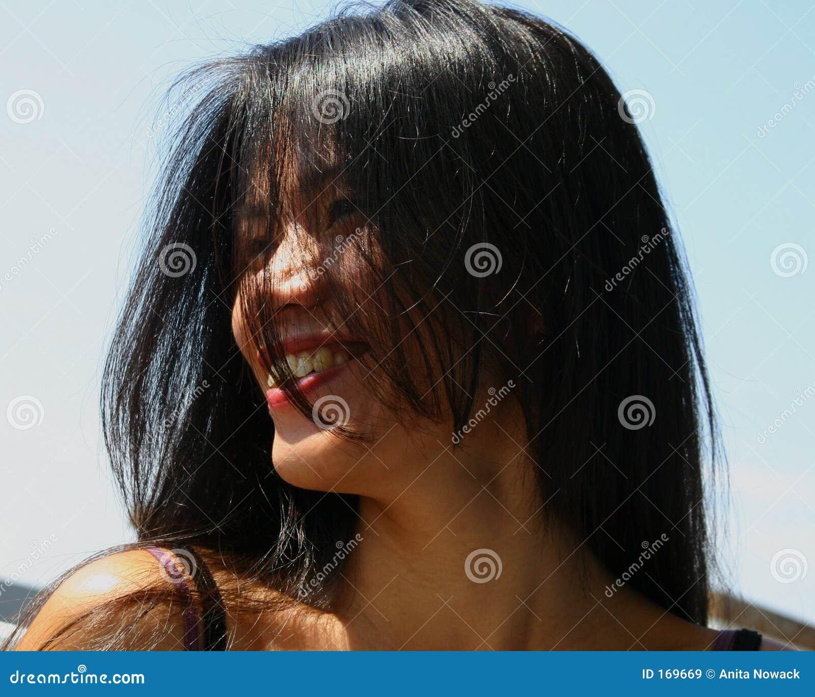 美丽的黑发长的妇女