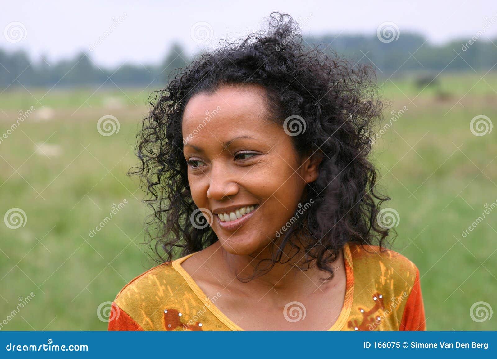 美丽的黑暗的微笑的妇女