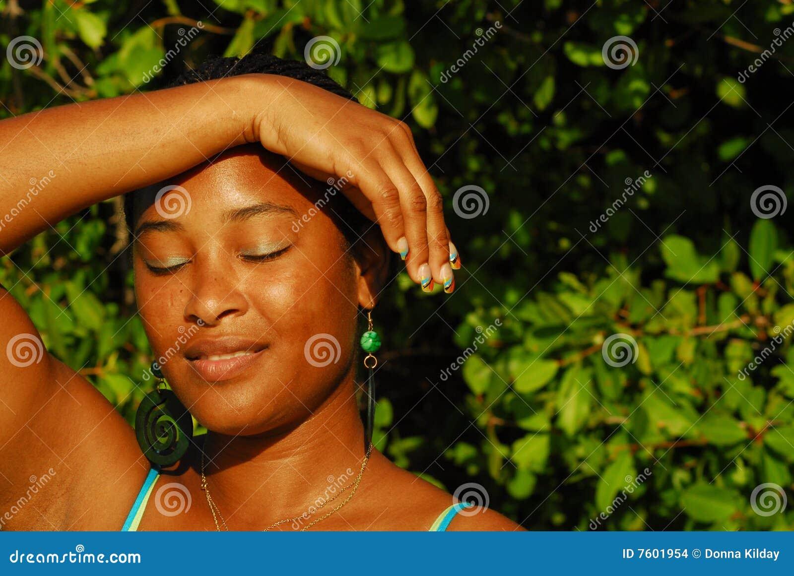 美丽的黑色女孩海岛