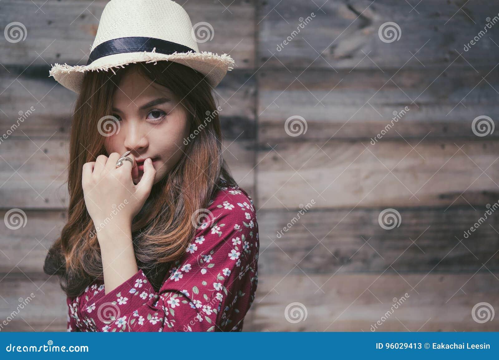 美丽的年轻亚裔女孩有单独愉快的时光